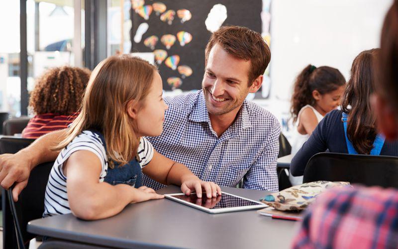 Schulbegleiter mit Schülerin