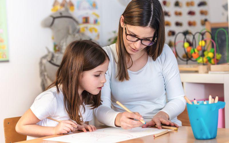 Schulbegleiterin mit Schülerin